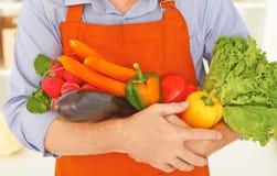 Concetto di cibo sano Primo piano del midsection degli ortaggi freschi della tenuta dell'uomo in mani fotografia stock libera da diritti