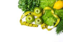 Concetto di cibo sano su un fondo bianco: insalata fresca e Fotografia Stock Libera da Diritti