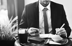 Concetto di Coffee Ideas Strategy dell'uomo d'affari del business plan immagini stock