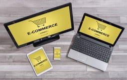 Concetto di commercio elettronico sui dispositivi differenti Fotografia Stock