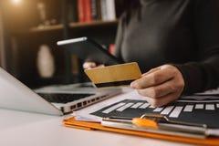 Concetto di compera online di pagamenti fotografia stock libera da diritti