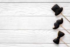 Concetto di compleanno degli uomini Insieme dei biscotti nella forma dello smoking, dei baffi e del cappello Copyspace di legno b Fotografie Stock Libere da Diritti