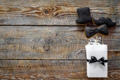 Concetto di compleanno degli uomini Insieme dei biscotti nella forma dello smoking, dei baffi e del cappello Copyspace di legno d Immagini Stock Libere da Diritti