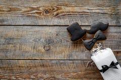 Concetto di compleanno degli uomini Insieme dei biscotti nella forma dello smoking, dei baffi e del cappello Copyspace di legno d Fotografia Stock