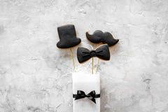 Concetto di compleanno degli uomini Insieme dei biscotti nella forma dello smoking, dei baffi e del cappello Copyspace di pietra  Fotografie Stock Libere da Diritti