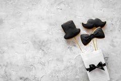 Concetto di compleanno degli uomini Insieme dei biscotti nella forma dello smoking, dei baffi e del cappello Copyspace di pietra  Immagini Stock Libere da Diritti