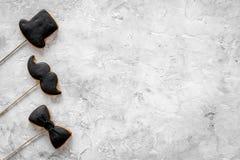 Concetto di compleanno degli uomini Insieme dei biscotti nella forma dello smoking, dei baffi e del cappello Copyspace di pietra  Fotografia Stock