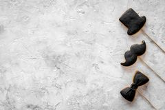 Concetto di compleanno degli uomini Insieme dei biscotti nella forma dello smoking, dei baffi e del cappello Copyspace di pietra  Immagine Stock
