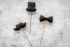 Concetto di compleanno degli uomini Insieme dei biscotti nella forma dello smoking, dei baffi e del cappello Vista superiore del  Fotografia Stock