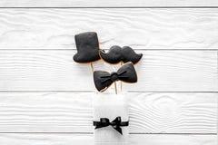 Concetto di compleanno degli uomini Insieme dei biscotti nella forma dello smoking, dei baffi e del cappello Vista superiore del  Immagine Stock
