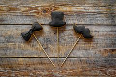 Concetto di compleanno degli uomini Insieme dei biscotti nella forma dello smoking, dei baffi e del cappello Vista superiore del  Immagini Stock