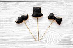 Concetto di compleanno degli uomini Insieme dei biscotti nella forma dello smoking, dei baffi e del cappello Vista superiore del  Immagini Stock Libere da Diritti