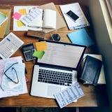Concetto di comunicazione del email del posto di lavoro dell'ufficio dei dispositivi di Digital fotografia stock