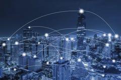 Concetto di conection della rete sulla vista aerea blu di tono di paesaggio urbano Fotografia Stock