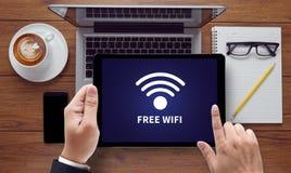 Concetto di connettività di SEGNALE WIFI: Segno libero di area di wifi Fotografie Stock
