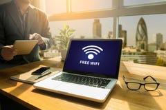 Concetto di connettività di SEGNALE WIFI: Segno libero di area di wifi Immagini Stock