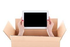 Concetto di consegna - la donna passa il pc della compressa della tenuta con copyspace Fotografia Stock
