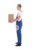 Concetto di consegna - vista laterale dell'uomo in abiti da lavoro con cartone b Fotografia Stock Libera da Diritti