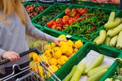 Concetto di consumismo Donna che fa spesa di drogheria al supermercato immagini stock