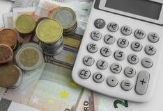 Concetto di contabilità e di finanze Monete e banconote dei soldi con il Ca immagine stock libera da diritti