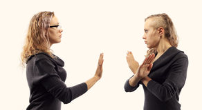 Concetto di conversazione di auto Giovane donna che parla con se stessa, mostrando i gesti Doppio ritratto da due viste laterali  Immagini Stock