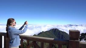 concetto di corsa Donna che fa le immagini sullo smartphone sulla montagna di Fansipan in Sapa video d archivio