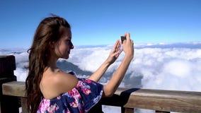 concetto di corsa Donna che fa le immagini sullo smartphone sulla montagna di Fansipan in Sapa stock footage