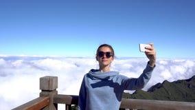 concetto di corsa Donna che prende selfie sulla montagna di Fansipan in Sapa, Vietnam archivi video