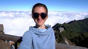 concetto di corsa Donna che prende selfie sulla montagna di Fansipan in Sapa, Vietnam stock footage