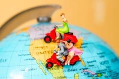 concetto di corsa figure miniatura motociclo di giro delle coppie Fotografie Stock Libere da Diritti