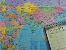 concetto di corsa Gennaio 2018 calendario sulla mappa di mondo destinazione seguente per il viaggio di viaggio gennaio fotografia stock libera da diritti