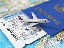 concetto di corsa Passaporti, biglietti di linea aerea ed aeroplano Fotografia Stock