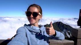 concetto di corsa Selfie della presa della donna, pollice di manifestazione su sulla montagna di Fansipan in Sapa stock footage