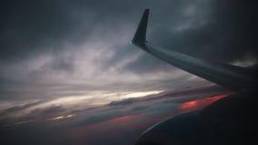 concetto di corsa Vista dalla finestra dell'aeroplano a bella alba o tramonto Ala dell'aereo e della nuvola in cielo video d archivio