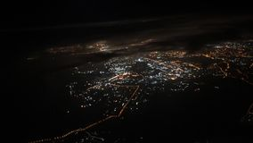 concetto di corsa Vista dalla finestra dell'aeroplano Città di notte Nubi nere archivi video