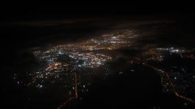 concetto di corsa Vista dalla finestra dell'aeroplano Vista sulla città di notte Nubi nere stock footage