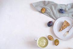 Concetto di cosiness di autunno - torta e tè della prugna fotografie stock libere da diritti