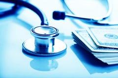 Concetto di costo di sanità: stetoscopio e dollari Fotografie Stock