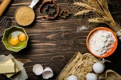 Concetto di cottura - gli ingredienti di cottura imburrano, flour, zuccherano, uova su fondo di legno rustico immagini stock