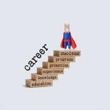Concetto di crescita della scala di carriera Carattere del supereroe sopra i punti di legno scala d'annata con le parole: istruzi Fotografia Stock