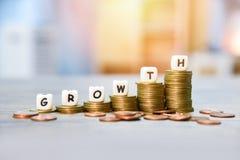 Concetto di crescita - pila di crescita dorata delle monete del grafico dei soldi di infographics su finanza di affari delle scal fotografie stock