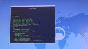 Concetto di crimine di Internet Pirata informatico che lavora ad un codice Nodi di compilazione video d archivio