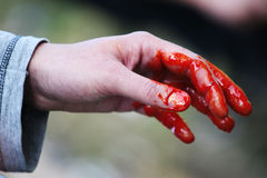 Concetto di crimine - mano sanguinante Immagini Stock