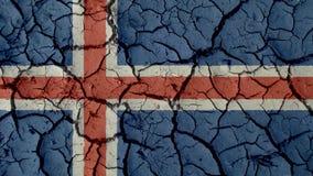 Concetto di crisi: Crepe del fango con la bandiera dell'Islanda fotografia stock libera da diritti