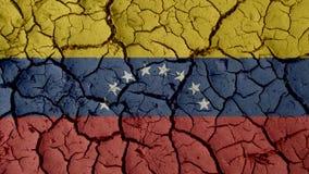Concetto di crisi: Crepe del fango con la bandiera del Venezuela fotografia stock libera da diritti