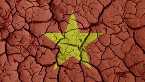 Concetto di crisi: Crepe del fango con la bandiera del Vietnam fotografia stock