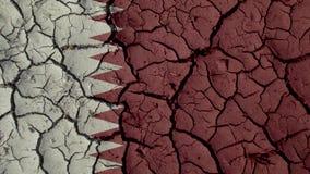 Concetto di crisi politica: Crepe del fango con la bandiera del Qatar fotografia stock libera da diritti