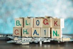 Concetto di cryptocurrency di Blockchain I blocchi di legno dicono la catena di blocco w fotografia stock libera da diritti