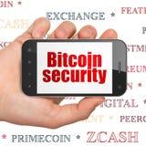 Concetto di Cryptocurrency: Passi la tenuta dello Smartphone con sicurezza di Bitcoin su esposizione Immagine Stock Libera da Diritti