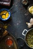 Concetto di cucina indiana con mung dal sui precedenti scuri Fotografia Stock Libera da Diritti